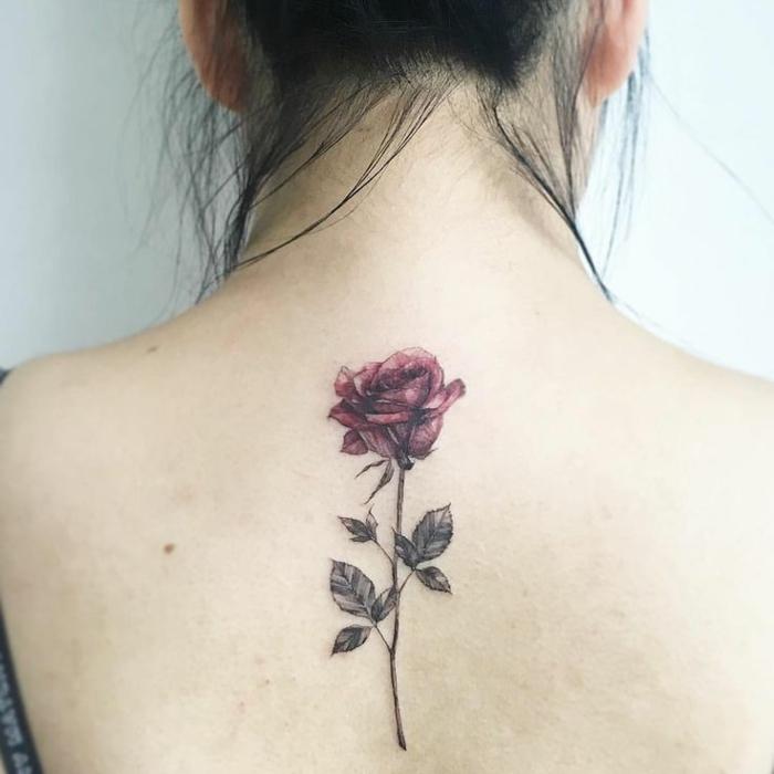 fiori-tattoo-bella-rosa-rossa-foglie-gambo-parte-alta-centro-schiena-ragazza