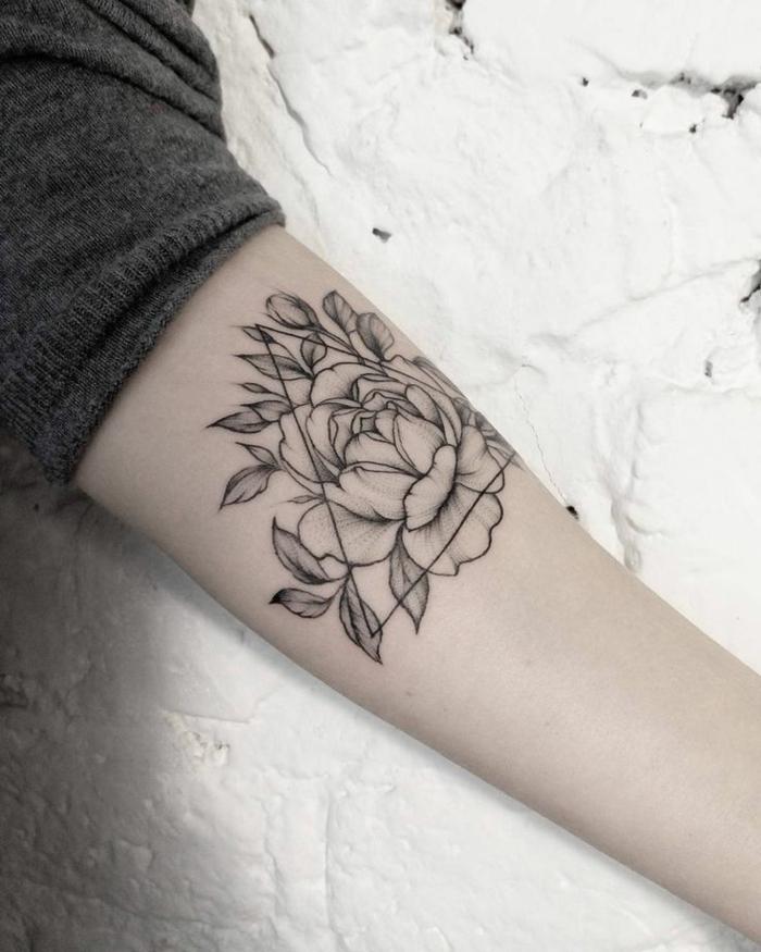 fiori-tattoo-grande-peonia-bianco-nero-foglie-parte-interna-braccio
