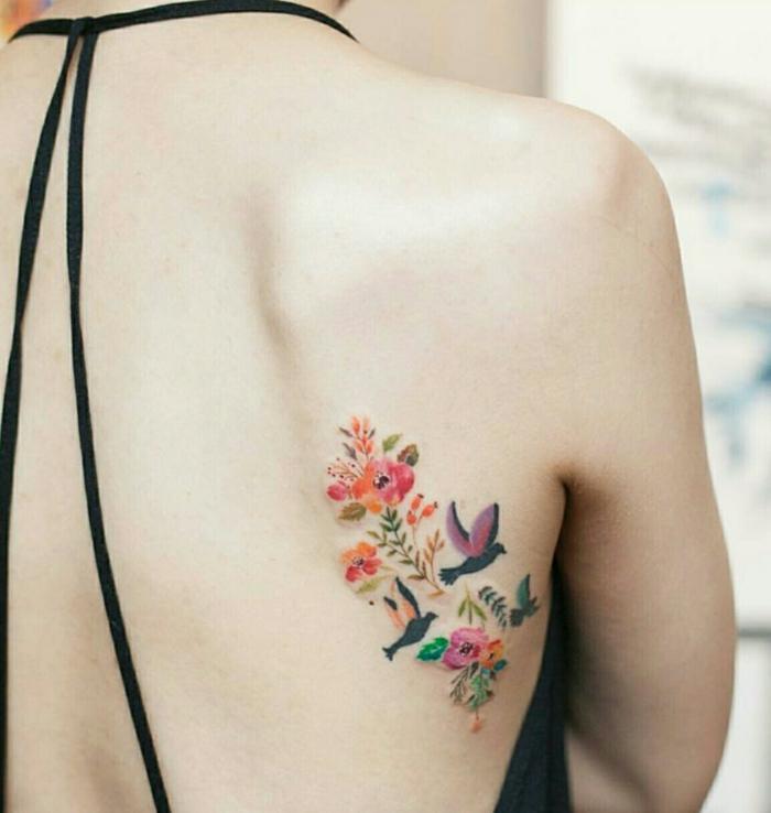 fiori-tattoo-idea-colorata-dimensioni-medie-lato-schiena-fiori-farfalle-rondini-diversi-colori