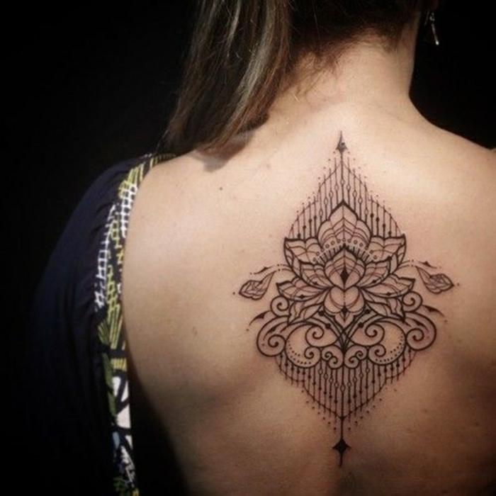 fiori-tattoo-idea-disegni-geometrici-grandi-dimensioni-parte-centrale-schiena
