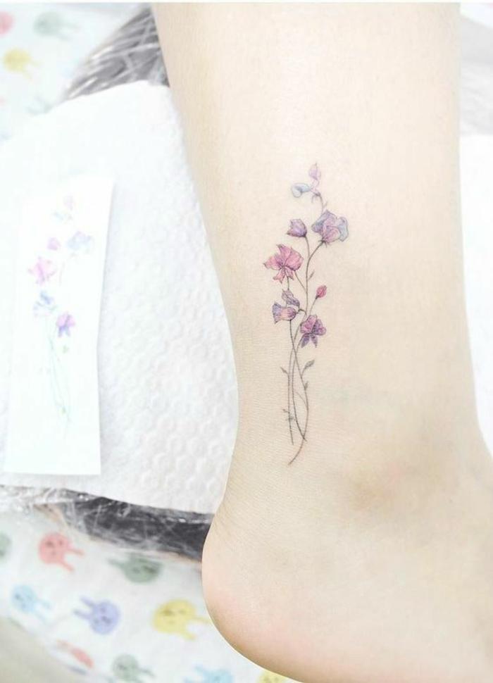 fiori-tattoo-idea-interessante-dimensioni-ridotte-caviglia-ragazza
