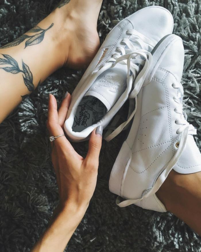 fiori-tattoo-idea-tendenza-foglie-caviglia-ragazza-scarpe-tennis-bianche