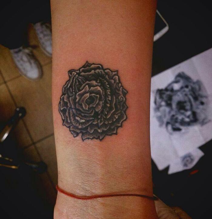 fiori-tattoo-rosa-nera-sfumature-bianche-disegnata-parte-interna-braccio-sopra-polso