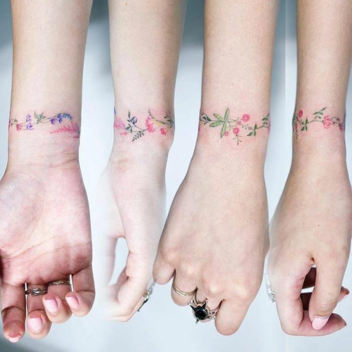 fiori-tattoo-significato-idea-bracciale-foglie-rose-colorati-intorno-polso
