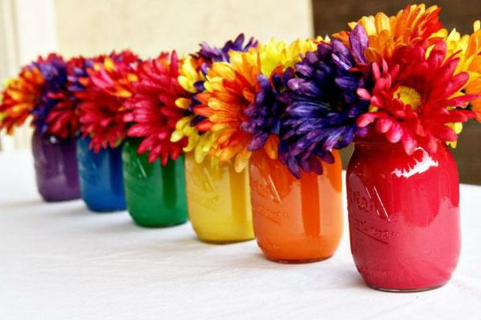 fioriere-fai-da-te-vasi-vetro-colori-diverso-interno-grandi-margherite-colorate