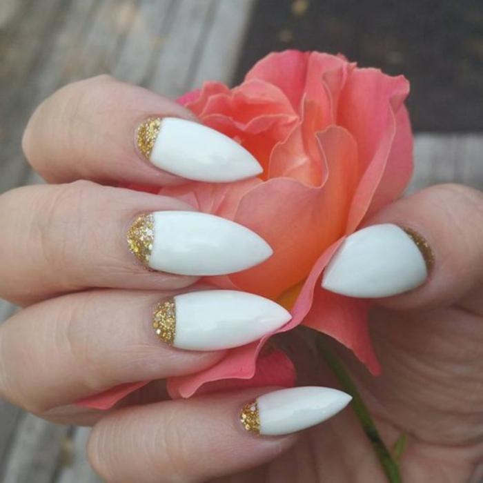 french-manicure-colore-bianco-colore-oro-glitter-rosa-mano-forma-unghie-punta