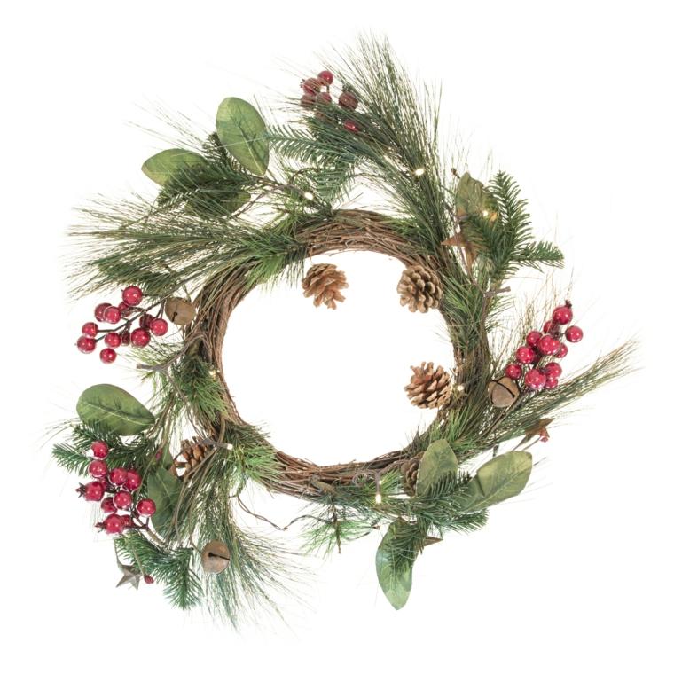con dei rami, delle foglie e delle bacche rosse è possibile creare una decorazione natalizia originale