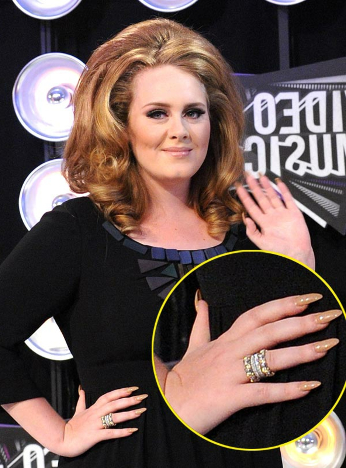 gel-unghie-Adele-color-beige-chiaro-anello-brillantini-idea-unghie-punta-capelli-anni-50