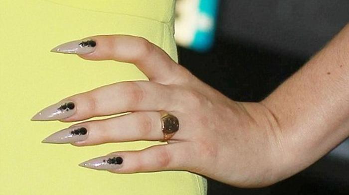 gel-unghie-base-beige-molto-chiara-idea-decorazione-unghie-punta-colore-nero