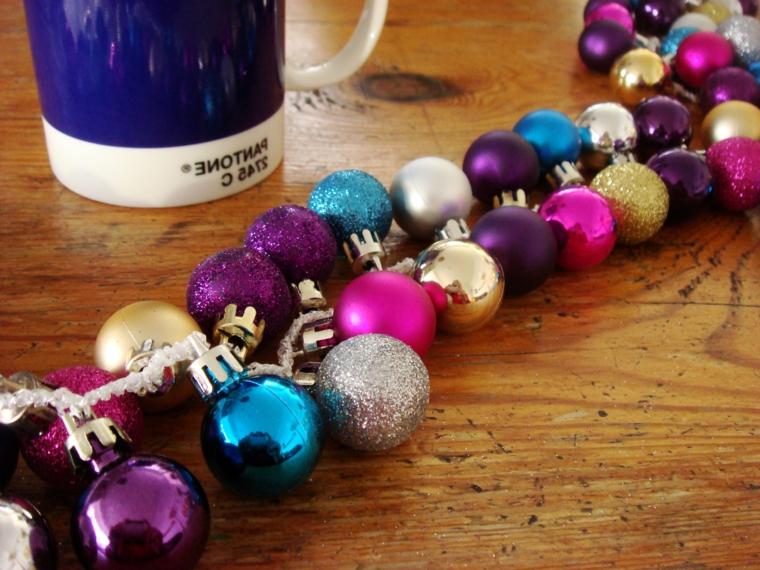 ghirlande di natale, le palline colorate e con i brillantini sono l'ideale per creare splendide decorazioni