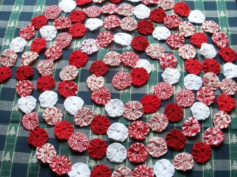 ghirlande natalizie, un'idea creata con tanti cerchi di stoffa colorata bianchi e rossi in diverse fantasie