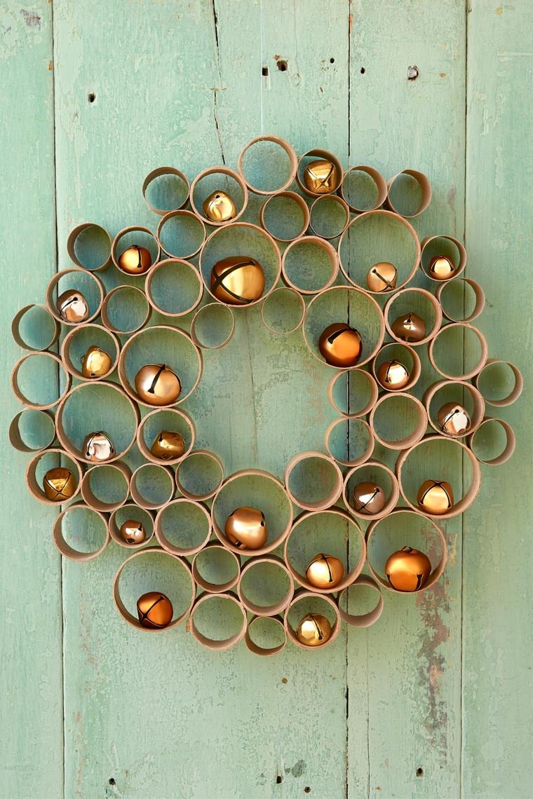 ghirlande natalizie di carta create contanti rotoli di carta di varie dimensioni decorate con campanelle dorate