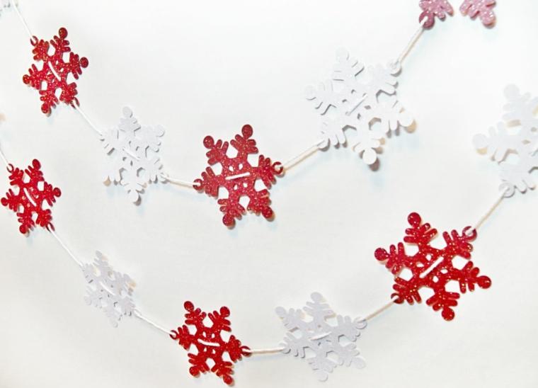 ghirlande natalizie, una proposta semplice ma molto graziosa realizzata con dei fiocchi di neve in carta rossi e bianchi
