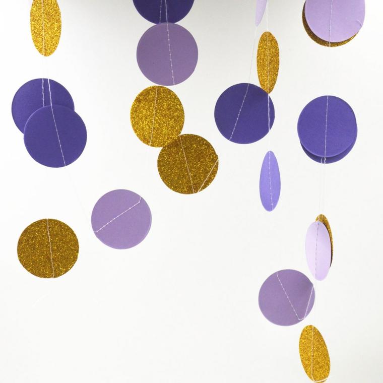 ghirlande natalizie fatte a mano, una proposta con tante palline di colori diversi