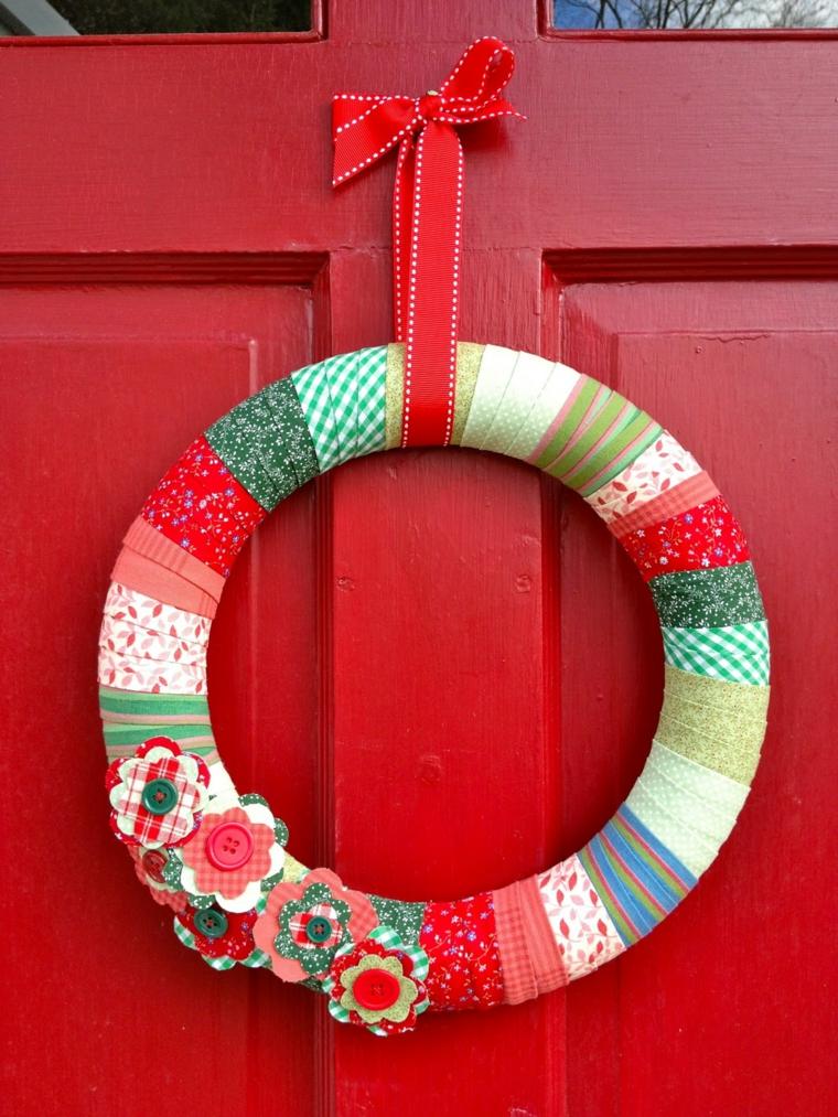 ghirlande natalizie fatte a mano, una proposta da realizzare a mano utilizzando tanti scampoli di stoffa e dei fiori colorati