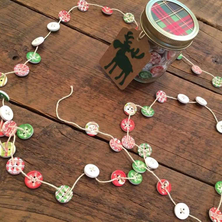 ghirlande di natale, un'idea semplice quanto originale realizzata con dei bottoni decorati