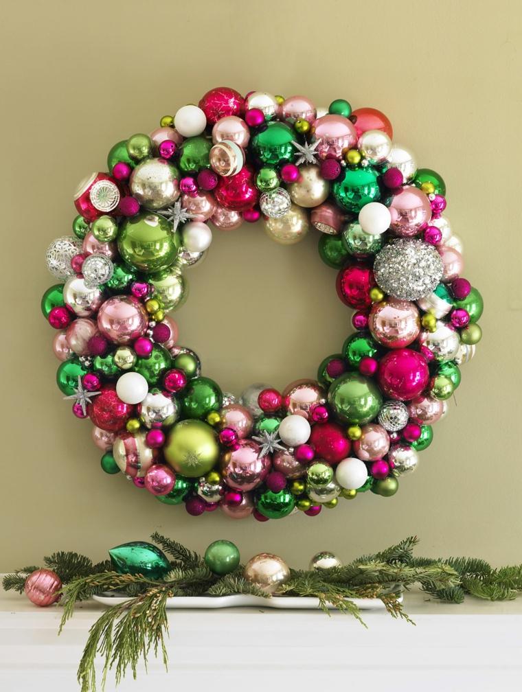 ghirlanda natalizia realizzata contante palline di colori e forme diverse e alcune stelle argento