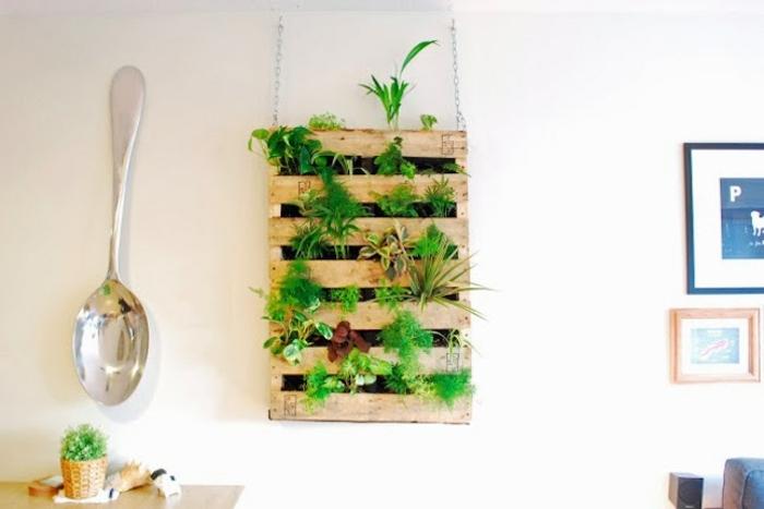giardino-verticale-cucina-decorazione-parete-pallet-erbe-aromatiche-cucchiaio-grande-parete-decorazioni