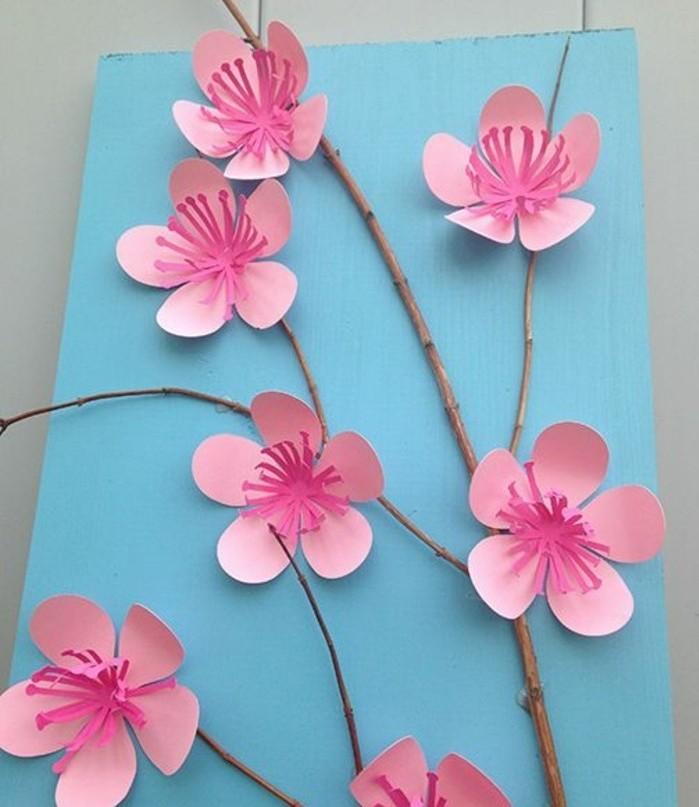 idea-attivita-manuale-primaverile-fiori-pesco-carta-rami-veri-incollati-cartoncino-azzurro