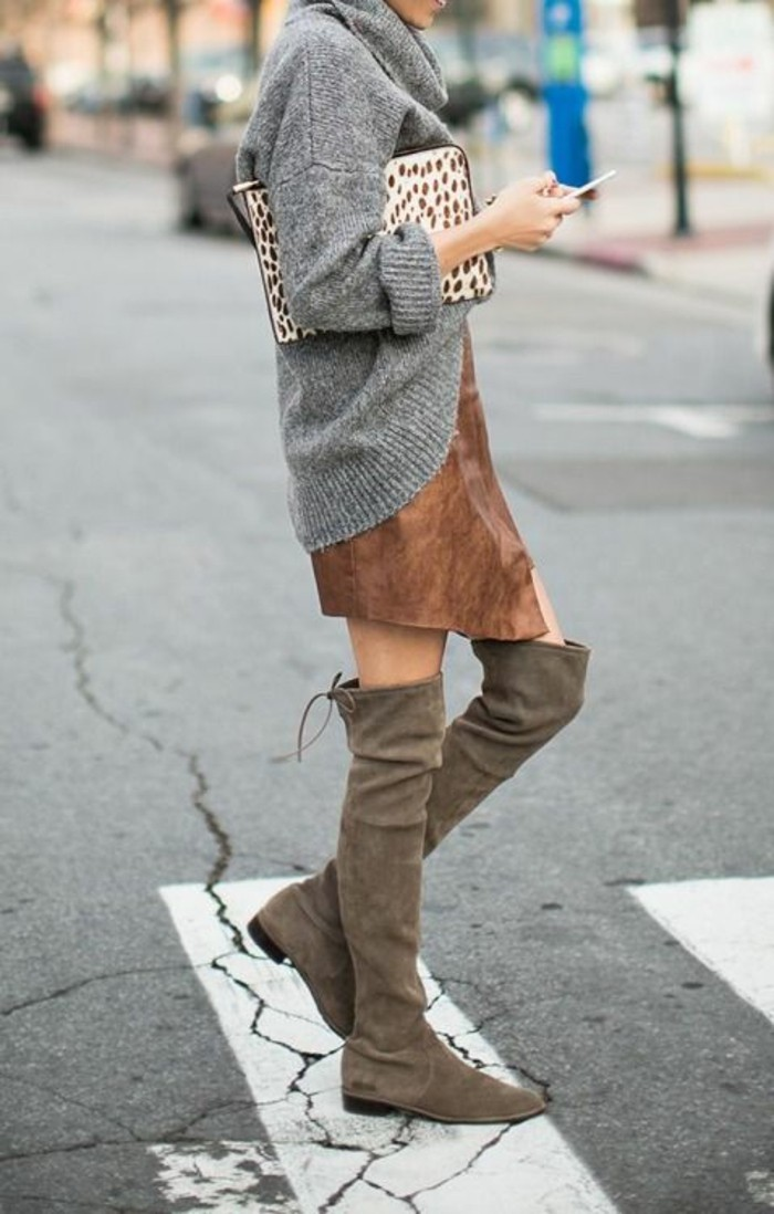 idea-come-vestirsi-fare-una-passeggiata-maglione-lungo-grigio-stivali-alti-gonna-veltvet-marrone