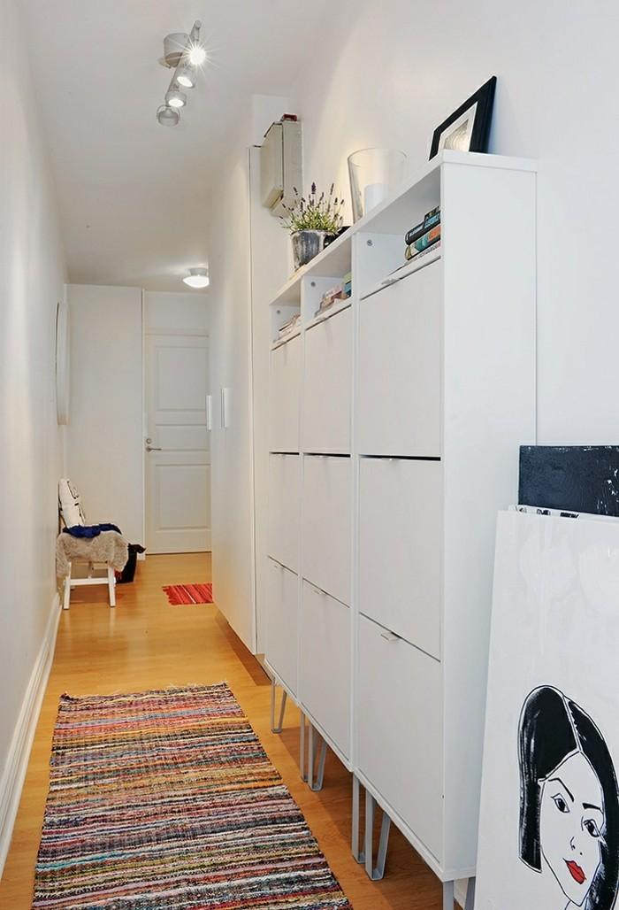 idea-corridoio-stretto-mobile-legno-stile-moderno-pavimento-legno-colore-chiaro-tappeto-stile-etnico