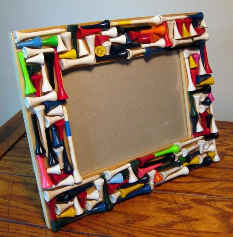 regali di natale fai da te, un'idea per il papà o il nonno, una cornice decorata con oggetti colorati