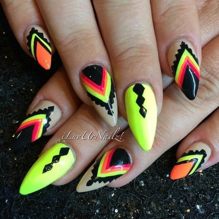 idea-decorazione-unghie-forma-punta-stiletto-base-verde-decori-neri-triangoli-manicure-perfetta