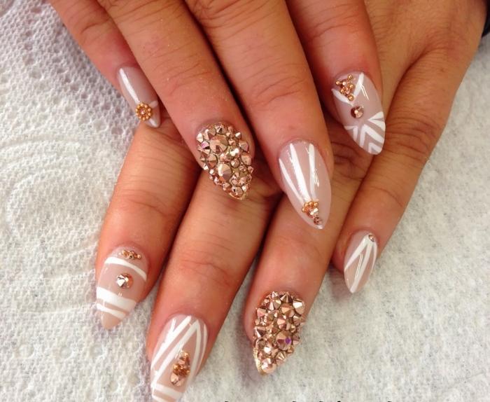 idea-decorazione-unghie-tonalità-colore-chiaro-forma-unghia-stiletto-accent-nail-brillantini