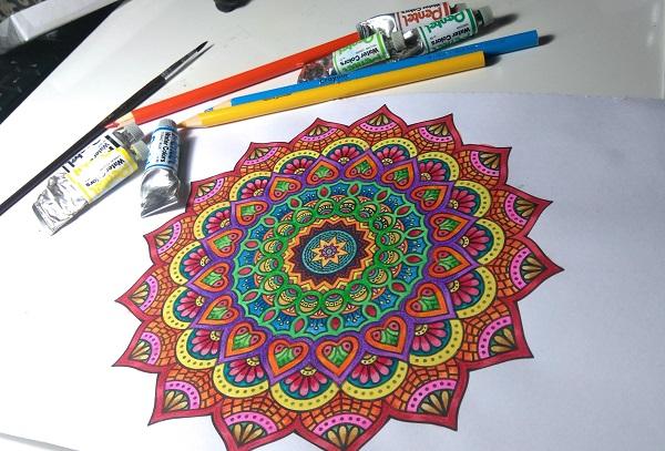 idea-disegno-colorare-mandala-motivi-floreali-lavoretti-creativi-matite-colori-tempere-disegnare