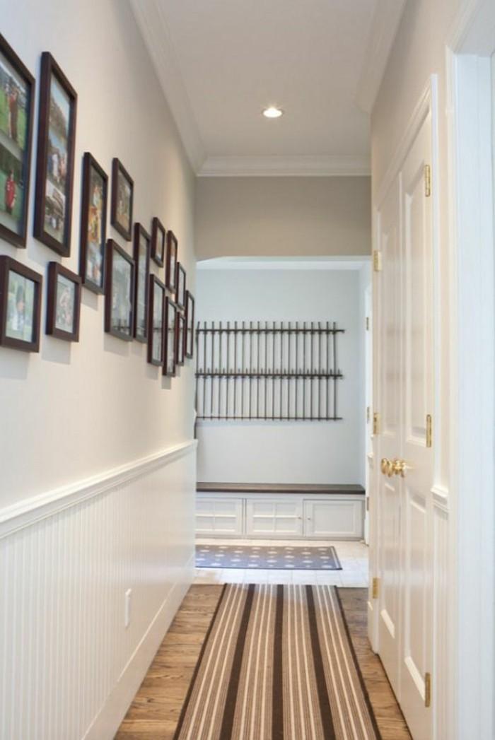 idea-pareti-decorate-foto-quadri-cornici-pavimento-parquet-colore-chiaro-tappeto-illuminazione-faretti-soffitto