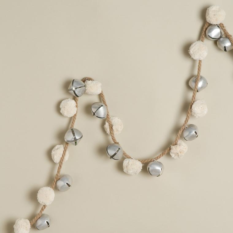 ghirlande natalizie fatte a mano, una proposta semplice ma graziosa con delle campanelle argentate e fiocchi bianchi