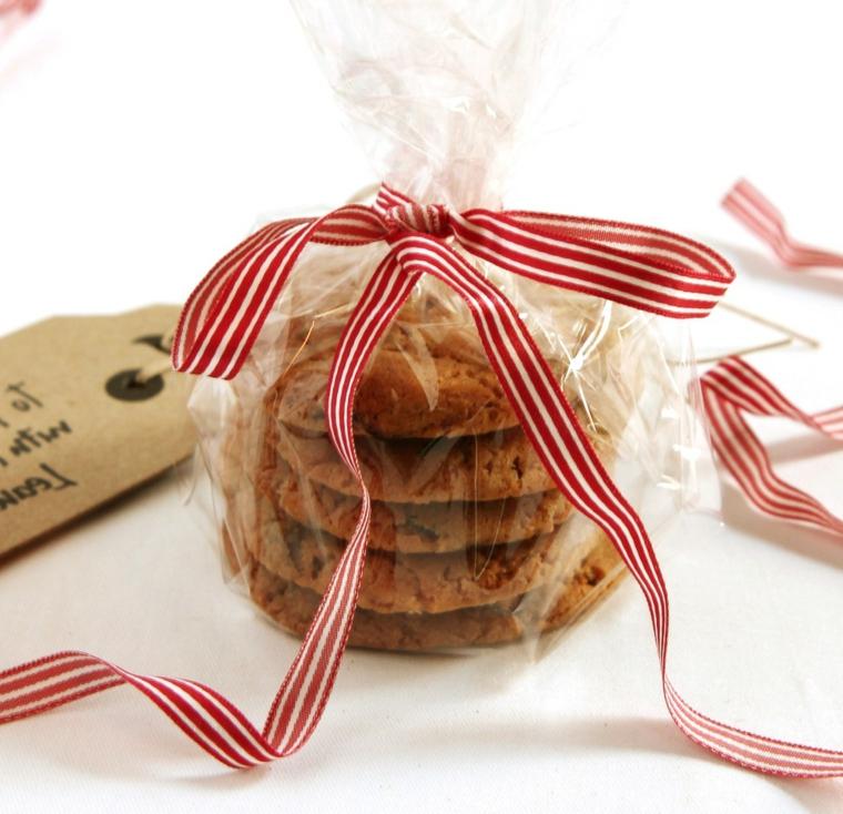 Confezione regalo con cellophane e nastro natalizio, biscotti dalla forma rotonda al cioccolato