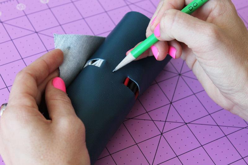 idea-regalo-fabbricazione-fai-da-te-supporto-cavi-pelle-colore-blu-matita-verde