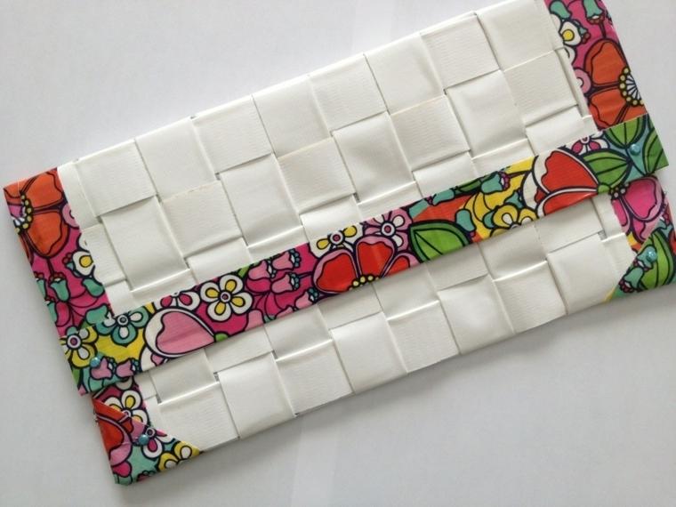 idee regalo fai da te, un portafoglio personalizzato con l'applicazione ai bordi di stoffa colorata