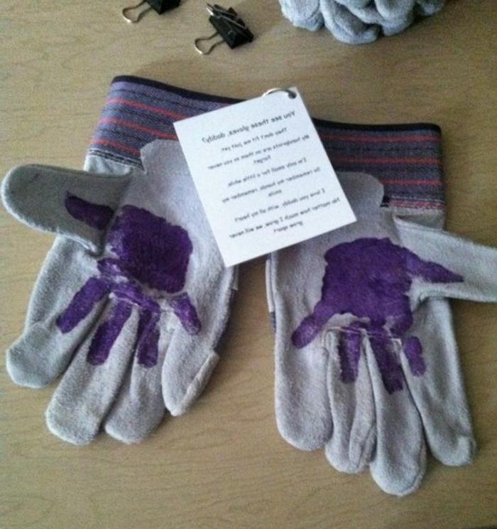 idea-regalo-guanti-papà-decorati-personalizzati-imponta-mano-bambino-scritta-bigliettino
