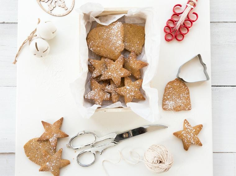 Strumenti utili per la decorazione dei biscotti di Natale dalla forma di stelle e campane