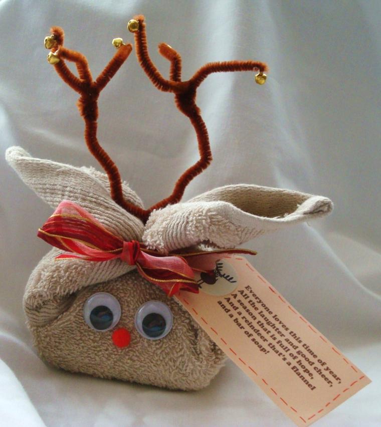 idee regalo fai da te, una proposta per il Natale: un asciugamano arrotolato e decorato a forma di renna