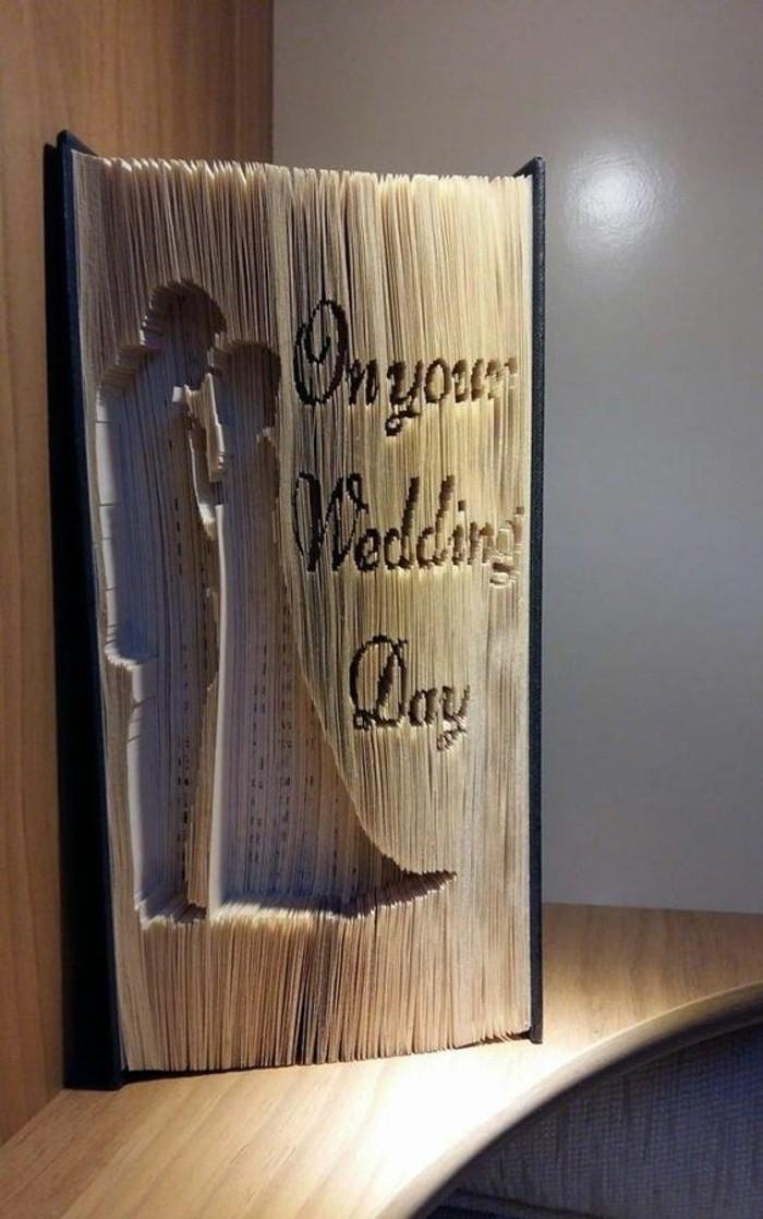idea-romantica-due-sposini-posizione-tenera-sctitta-lato-realizzata-piegando-pagine-libro