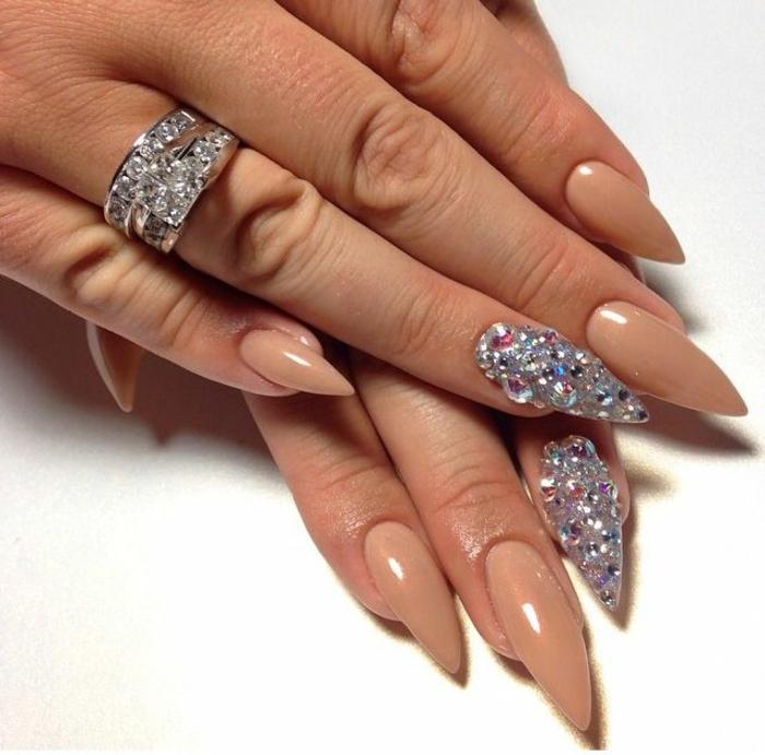 idea-unghie-eleganti-classiche-colore-beige-accent-nail-brillantini-forma-punta-anello-diamanti
