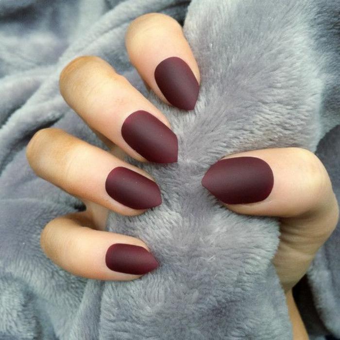 idea-unghie-senza-decorazioni-smalto-bordeaux-effetto-rombo-opaco-matt-pelliccia-grigia