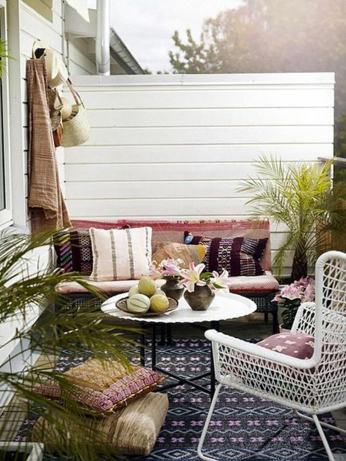 idee-arredamento-terrazzo-mobili-legno-ferro-decorazione-tappeto-piante-cuscini