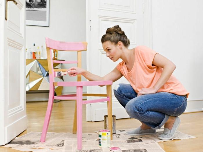 idee-fai-da-te-découpage-sedia-legno-donna-dipinge-colore-rosa-decorare-rinnovare-riciclare-oggetti
