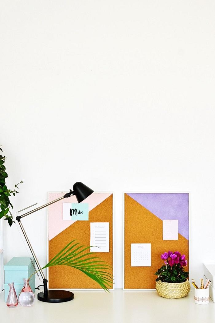 Cornici di plastica bianche per decorare le pareti in ufficio, idea originale con accessori di vario genere