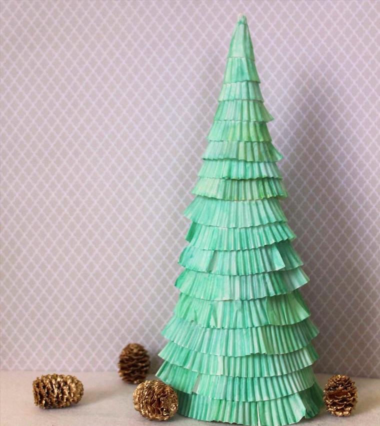 Decorazioni natalizie e un'idea per l'albero di Natale piccolo realizzato con formine per i muffins