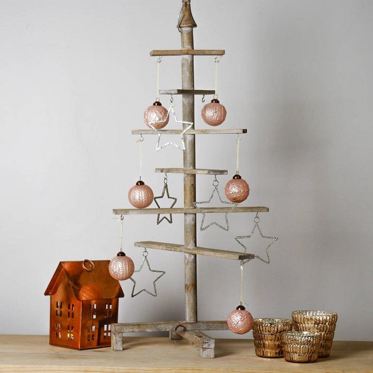Alberi di Natale originali, idea con una struttura in legno e vari addobbi di color rame