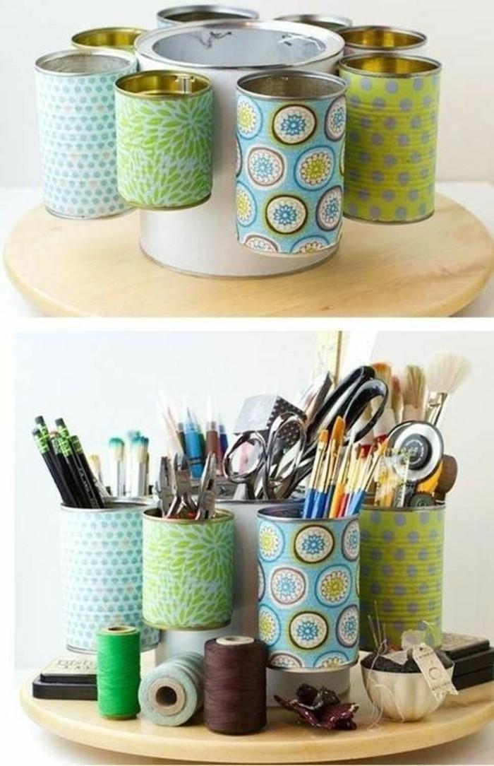 idee-originali-fai-da-te-barattoli-latta-decorati-carta-colorata-base-rotonda-legno-portamatite-penne-forbici