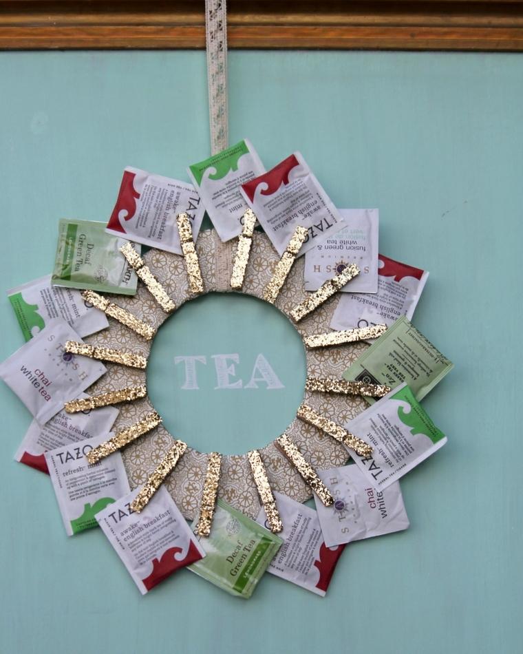 regali di natale fai da te, le buste degli infusi collocate intorno ad un cerchio di carta con delle mollette dorate