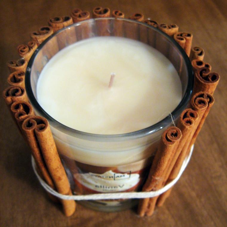 regali fatti in casa, un modo semplice ma originale per decorare una candela: con dei bastoncini di cannella