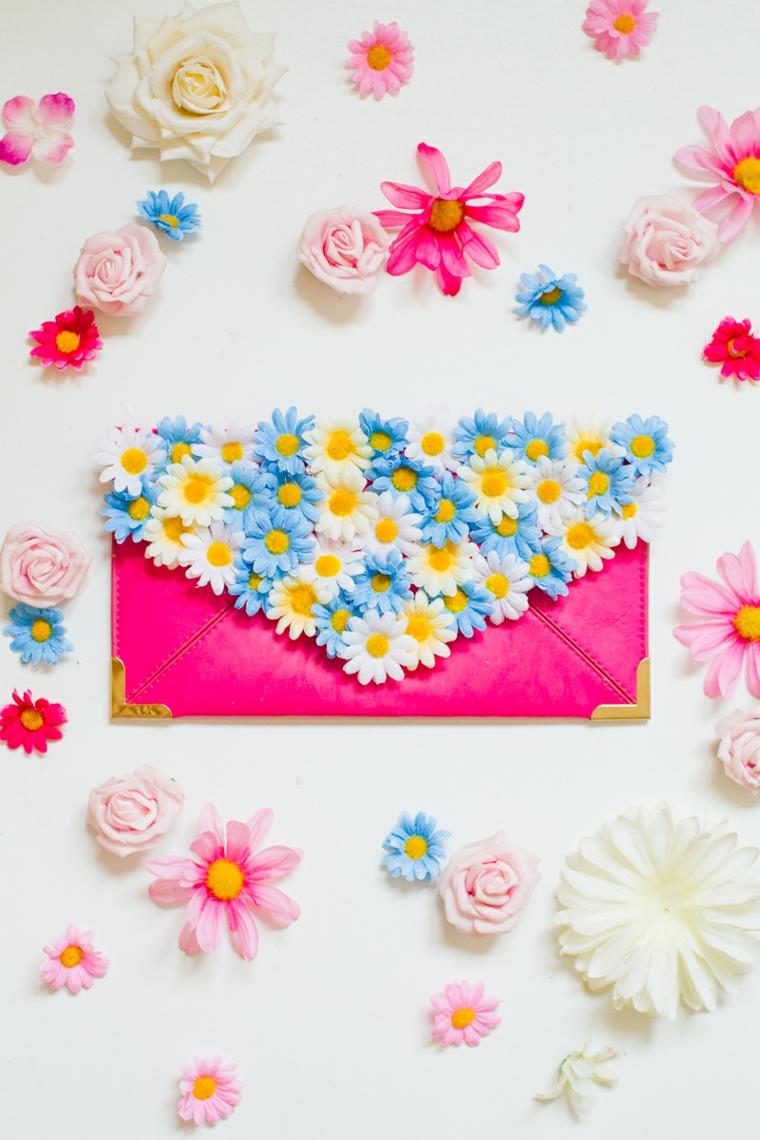 regali di natale fai da te, un portafoglio personalizzato con l'applicazione di tanti fiori colorati