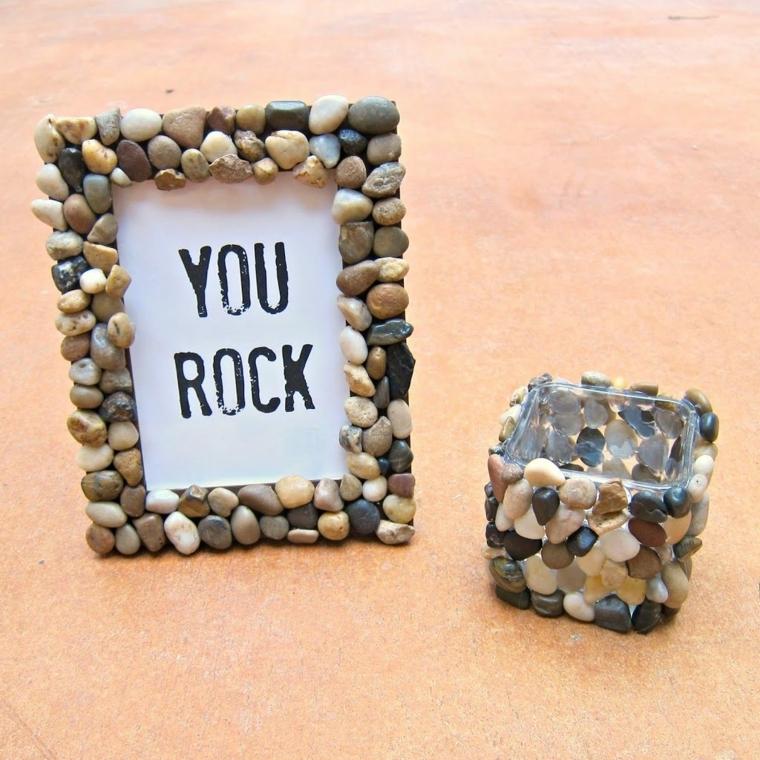 regali fai da te, delle decorazioni realizzate con dei piccoli sassi applicate ad una cornice e ad un portacandele